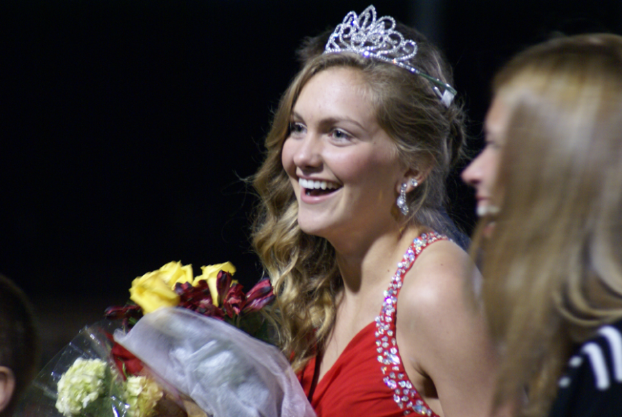 Senior+Jordyn+Eskijian+being+crowned+as+the+Fall+2015+Homecoming+Queen+on+Oct.+2.+