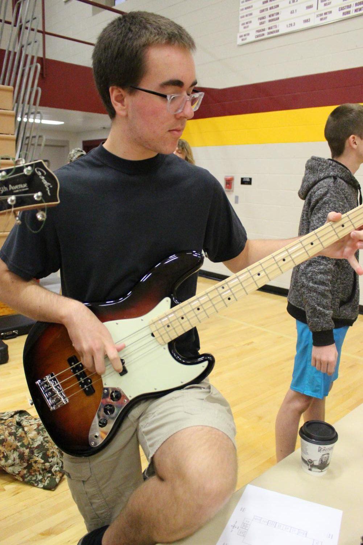 Junior+Alex+Kerns+plays+bass+guitar+for+interested+upperclassmen.+